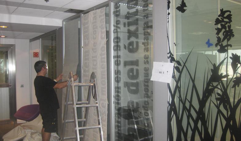 Montaje de los vinilos en sede oficinas Barcelona.