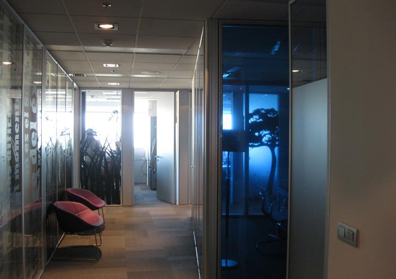 Visión de de silueta del árbol a través del despacho principal. El juego de siluetas queda evidente en esta toma.