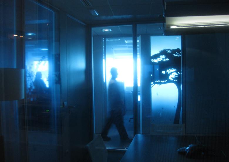 Desde el despacho principal. Así es como se visulaizan las siluetas de las personas y de los vinilos negros situaldos en las diferentes zonas del pasillo.